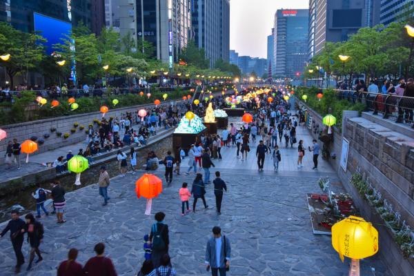 Fotos-de-Seul-en-Corea-del-Sur-arroyo-Cheonggyecheon-de-noche.jpg